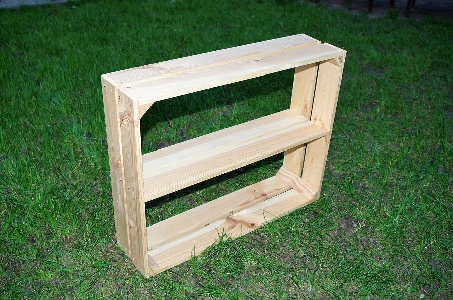 Półka na bazie drewnianej skrzynki